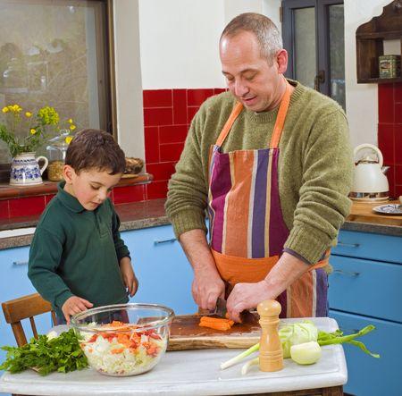 Vater und Kind Kochen in der Küche zusammen Standard-Bild - 4601646