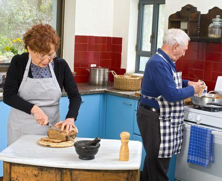 cocina antigua: matrimonios de edad en su cocina para cocinar en casa