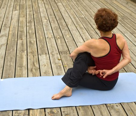 Senior Frau macht Yoga auf einem Stock deack Standard-Bild - 4666766
