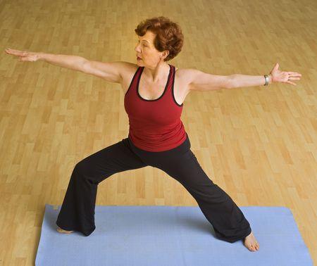 Senior Frau macht Yoga in ein Fitness-Studio Standard-Bild - 4732790