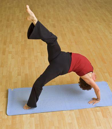Senior Frau Ausübung tun Brücke Gymnastik Standard-Bild - 4732798