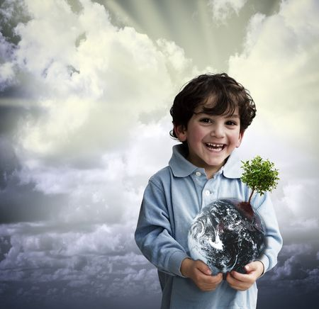 jongen die de wereld met een boom op het Stockfoto