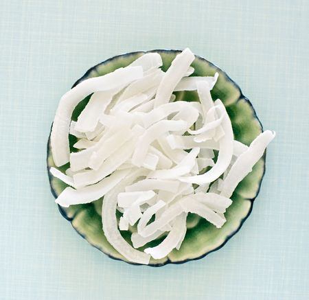 dry coconut flakes on a ceramic plate Standard-Bild