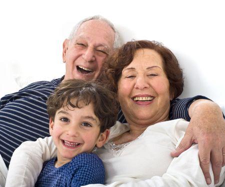 Großeltern und Enkel im Bett zusammen  Standard-Bild - 6746440