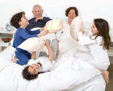 pijama: nieto, tener una almohada luchar en cama de grantparents