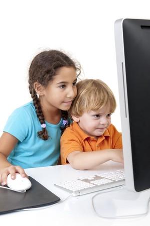 Jungen und Mädchen mit einem desktop-Computer isolated on white  Standard-Bild - 8029913