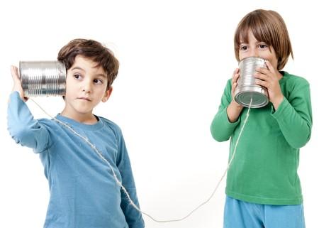 talking: Deux gar�ons parler sur un t�l�phone de la bo�te de conserve isol� sur fond blanc  Banque d'images