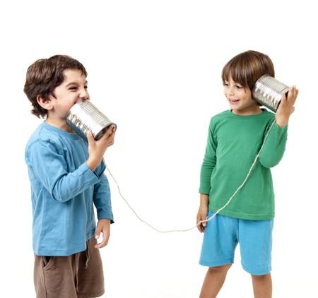 tin cans: Twee jongens praten over een blikje telefoon geïsoleerd op wit