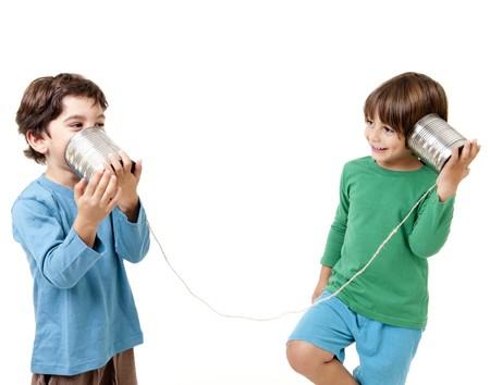 Zwei jungen talking on eine Blechdose-Phone isolated on white Standard-Bild - 8029894