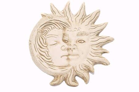 sol y luna: impresionante escultura Maya de la Luna y el sol, aislados en blanco, espacio de copia Foto de archivo