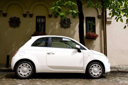 cute witte kleine auto, stedelijke weergave