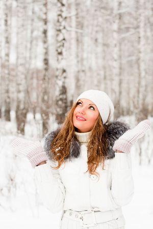 sweater: Mujer bonita en un parque de invierno