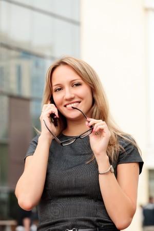 mooie jonge zaken vrouw praten door mobiele telefoon