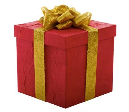 Coffret rouge avec archet or, isolé sur un fond blanc.