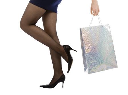 belles jambes: femme portant des sac � provisions, isol� sur fond blanc  Banque d'images