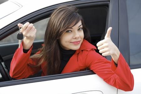 thumb keys: Hermosa joven feliz con llaves  Foto de archivo