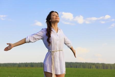 Gelukkig jongedame in groene veld