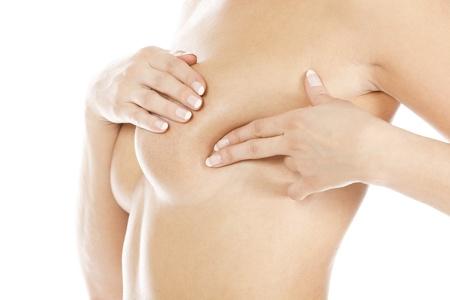 beaux seins: Le cancer du sein, femme tenant sa poitrine, isol� sur fond blanc Banque d'images
