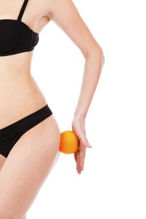 voluptuosa: hermosa figura femenina con naranja, aisladas sobre fondo blanco Foto de archivo