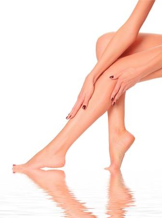 belles jambes: prise en charge des corps de la femme belle. Parfait longues jambes féminines contre un fond blanc