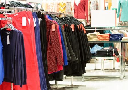 ropa colgada: En una tienda de ropa moderna