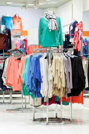 ropa colgada: En una tienda de moda ropa moderna Editorial