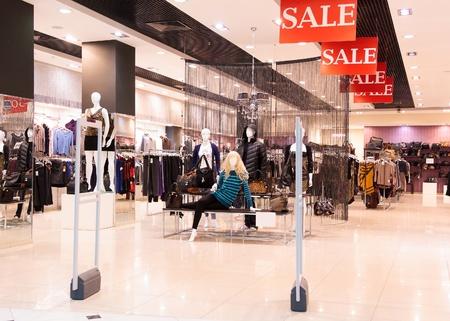 kledingwinkel: In een moderne mode kledingwinkel