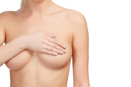 beaux seins: Cropped image d'une poitrine f�minine de contr�le pour le cancer, isol� sur fond blanc.