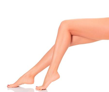 pies sexis: Después de la depilación. Perfect largas piernas femeninas contra el fondo blanco