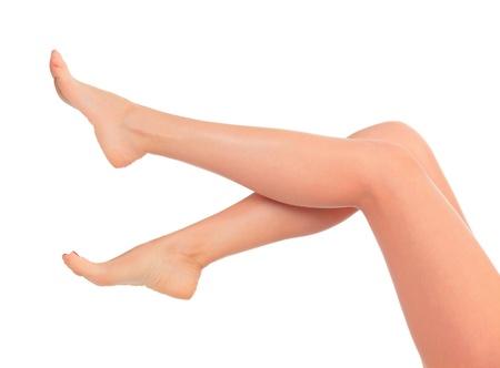 legs: Largas piernas femeninas despu�s de la depilaci�n, aisladas sobre fondo blanco