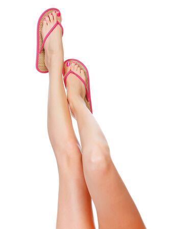jolie pieds: Drôle sandales roses sur les pieds féminins. Isolé sur fond blanc Banque d'images