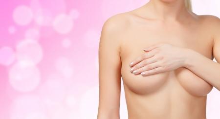 cancer de mama: Pecho femenino de control para el c�ncer, el fondo blured Foto de archivo