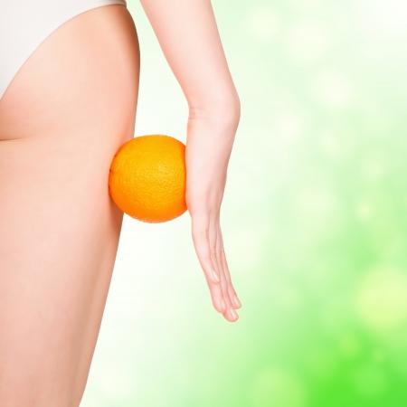 voluptuosa: hermosa figura femenina con el naranja, verde borrosa de fondo