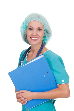 enfermera con cofia: Mujer médico feliz que sostiene una carpeta, fondo blanco