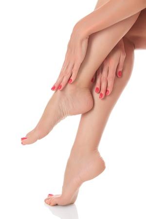 ногами: Красивая женщина скрещенными ногами и руками, изолированных на белом фоне