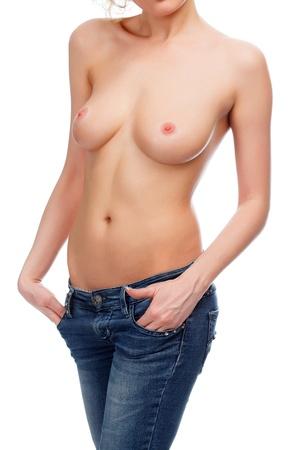 seins nus: femme sexy en jeans bleu sur fond blanc