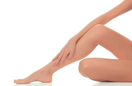 corps femme nue: Beautiful woman legs contre un fond blanc