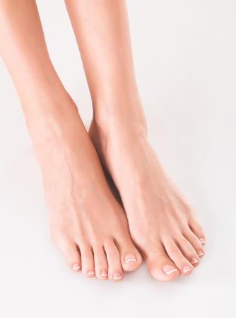 pedicura: pies de la mujer en blanco