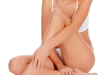 cuerpo femenino perfecto: Mujer sentada en la pierna toque suelo con la mano, fondo blanco