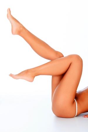 benen: Vrouwelijke benen in de lucht, witte achtergrond Stockfoto
