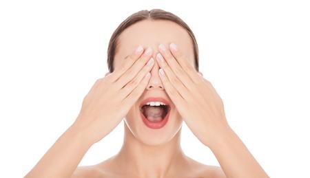 femme bouche ouverte: Femme avec ses mains sur le visage et la bouche grande ouverte. Fond blanc, copyspace Banque d'images