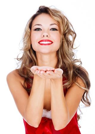 handkuss: Nette junge Frau im roten Kleid bläst einen Kuß auf Sie vor weißem Hintergrund