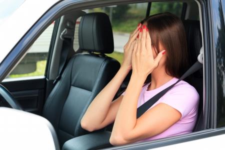 mujer llorando: Crying mujer en un coche