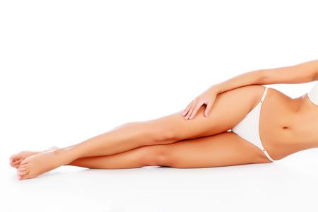 corps femme nue: Femme portant sur le plancher blanc. Atelier. Banque d'images