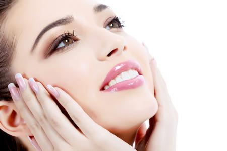 tratamiento facial: Mujer sonriendo, fondo blanco, copyspace