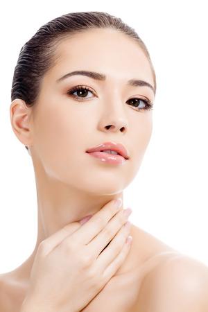 piel: Hermosa chica con piel limpia y fresca, fondo blanco, copyspace