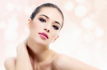 tratamiento facial: Mujer bonita contra un fondo abstracto con círculos y copyspace