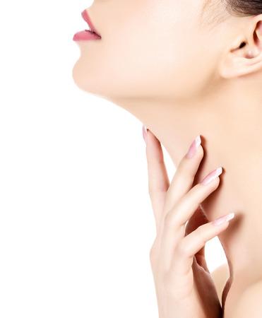 cuello: Joven mujer toca su cuello