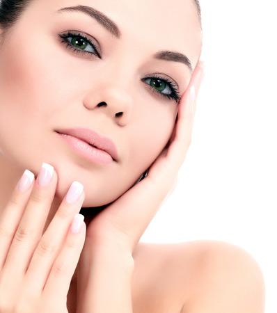gezichtsbehandeling: Mooi meisje met schone huid, witte achtergrond Stockfoto