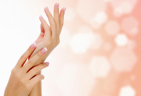 Vrouwelijke handen tegen een abstracte met cirkels en copyspace